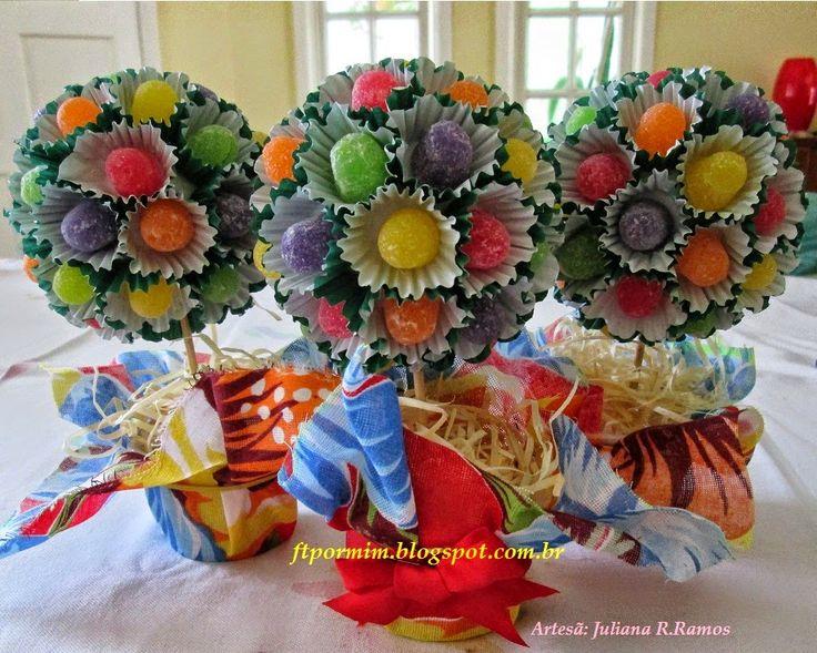 Esta árvore de jujuba, é feita com forminha de doces. Ela é bem criativa e dá um ótimo enfeite de mesa para festas, tanto de criança como de jovens. Este passo à passo foi feito pela minha sobrinha que também gosta de artesanato, brevemente,  vocês também poderão encontrar o vídeo na nossa página do youtube