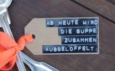 Nein nein, dies ist keine Kooperation mit einem Suppenhersteller sondern eine sehr coole DIY-Gastgeschenkidee von Johanna Rundel! Juhu! Denn Johanna ist eine meiner liebsten Kreativbastelfeen aus der heimischen Bloggerwelt – und mit ihren zwei hübschen Büchern Entzückend schmückend: 30 kreative Schmuckideenund Designobjekte aus Betonam Start.  Für Freunde kreierte sie vor einer Weile diese Hochzeitssuppen-Geschenkidee...