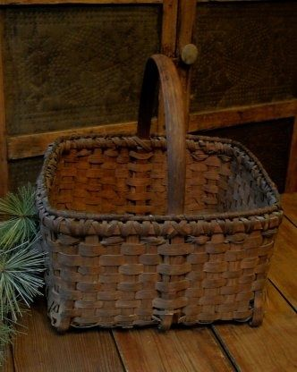 Beautiful old grungy basket. Love the rim treatment. Maybe use this style rim on a Williamsburg.