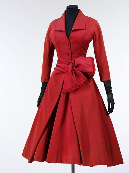 'Ecarlate' (scarlet); La Ligne cocktail dress Y by Christian Dior, 1955 | Victoria and Albert Museum #cocktail #newlook #fashion #festivefashion