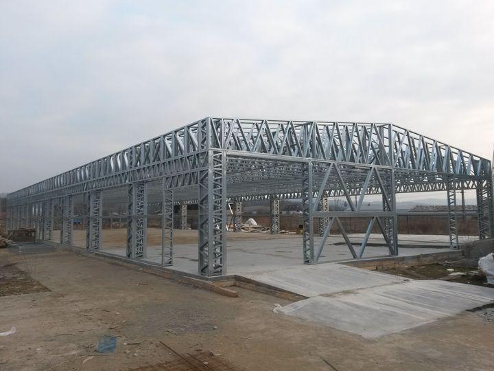 Hala Baltesti, jud. Prahova cu suprafata de 450mp, construita pe structura metalica usoara de Unic Rotarex ®. Durata si costurile constructiei sunt minime.