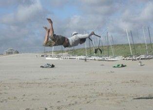 Voel de kracht van de wind en bedwing de powerkite op het strand van Scheveningen. http://goo.gl/iXGH9