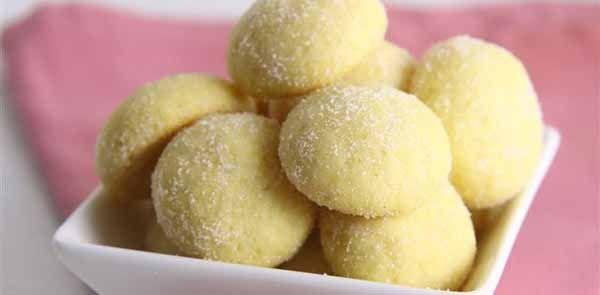 Adorei fazer estes biscoitinhos. Além de ter um sabor delicioso, eles espalham um cheirinho muito gostoso pela casa. Biscoitos de maracujá.