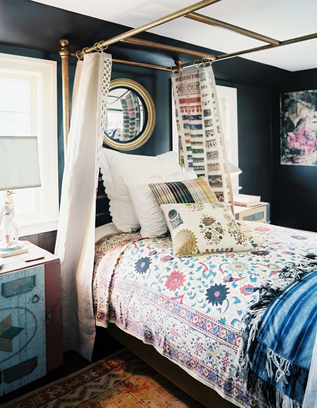 : Small Bedrooms, Wall Color, Interiors Design, Canopies Beds, Black Bedrooms, Guest Rooms, Bedrooms Ideas, Black Wall, Dark Wall