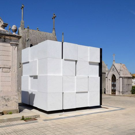 Family mausoleum built from white marble and black glass by Armazenar Ideias