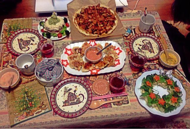 お友達呼んで、お部屋でクリスマスパーティしました!お料理食べてもらって、とっても楽しくて嬉しかったです♡ - 23件のもぐもぐ - アボカドツリーのサンドイッチケーキ、ポテトサラダのリース、ツリーの洋風餃子、照り焼きチキンピザ by minami23