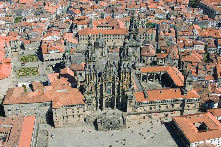 Catedral de Santiago. La obra más sobresaliente del arte románico en España, emblema de Galicia y meta para los fieles que visitan la tumba del Apóstol.