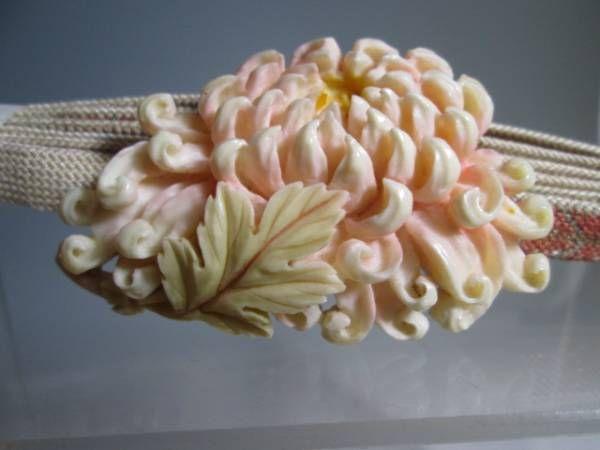 【江月】アンティーク・本象牙彩色大輪の菊花彫刻の帯留め木箱付_画像1                              …