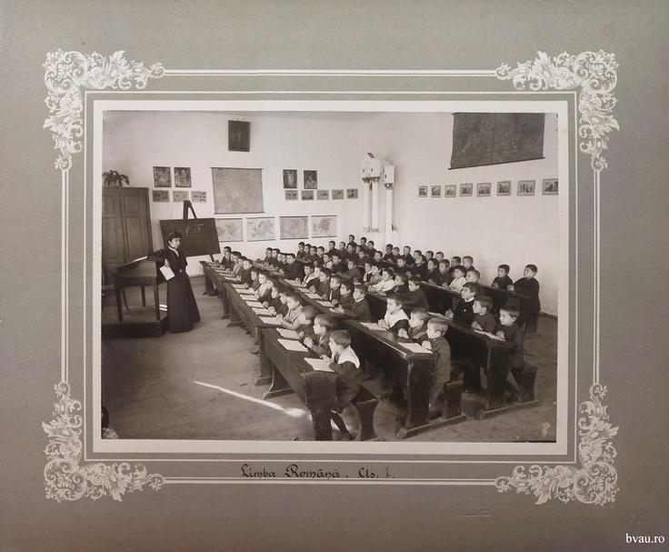 """Şcoala de băieţi - Limba română cls. I, Galati, Romania, anul 1906, http://stone.bvau.ro:8282/greenstone/collect/fotograf/index/assoc/Jpag011.dir/Pag11_Limba_romana_cls_I.jpg.  Imagine din colecţiile Bibliotecii Judeţene """"V.A. Urechia"""" Galaţi."""