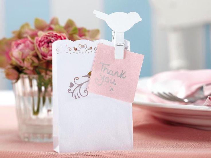 Detalles para decorar tus celebraciones COQUETOS MARCASITIOS Una simple pinza de madera se convierte en un accesorio shabby chic para decorar la mesa en una boda, a la vez que sujeta el menú y la tarjeta de agradecimiento. También puedes utilizarla en otras situaciones: para fijar fotos, mensajes... Set de 10 pinzas de madera con figura de pájaro, de Hampton Blue (5 €).