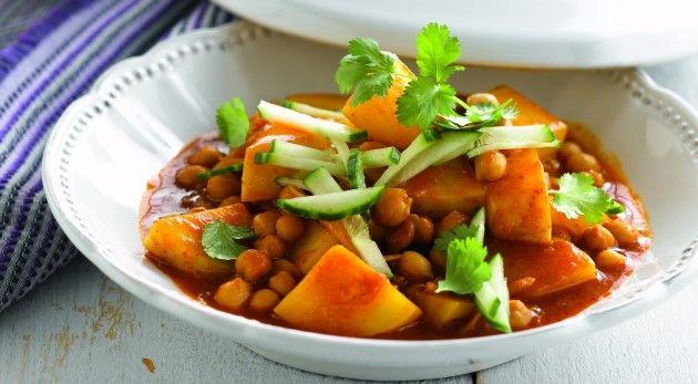 Snijd de ongeschilde aardappelen in blokjes. Verhit de olie in een grote pan en fruit de gesnipperde ui en gepletteknoflook 1 à 2 minuten. Voeg de aardappelen, de kikkererwten de …