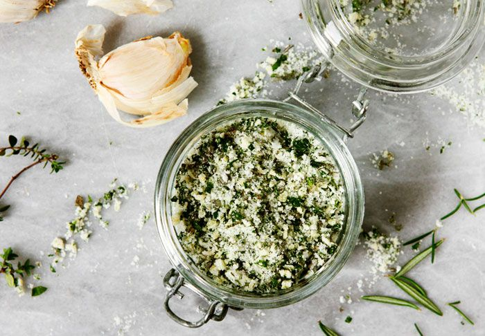 Basilikum, hvidløg og ramsløg er nogle af tingene, som kan give fantastisk smag til dine retter.