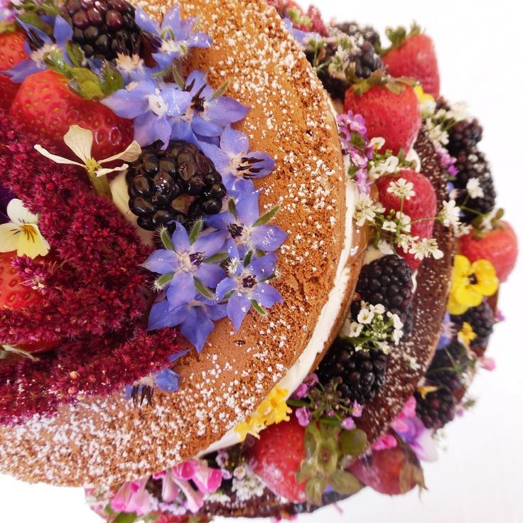 Exuberantemente natural y hermosa esta torta de novios  vestida sólo con flores frutillas y moras. Ninguna torta es igual a la otra, cada una se prepara con cariño y dedicación ❤️, en forma artesanal, con ingredientes frescos, frutas de la estación y flores comestibles y orgánicas.  En nuestro sitio web puedes solicitar una naked cake para tu matrimonio, opción Delicias a Pedido.  Awesome wedding naked cake with berries and organic flowers. #hautecuisines  #nakedcake #torta #TortaDe...