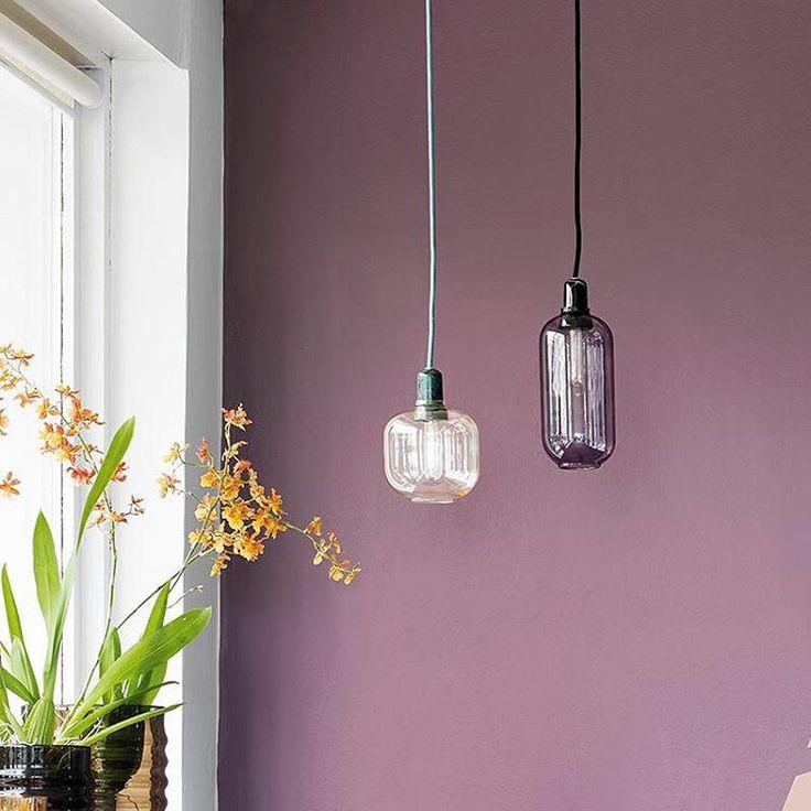 """""""Tape + maling = cool grafisk mønster på væggen ▫️◽️◻️ Farver: Y39 Gråspurv (den lyse) og R61 Vibeæg (den mørke). Fra vores nye trendbrochure lavet i…"""""""