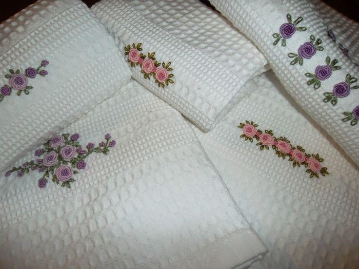 Asciugamani con roselline a punto vapore.