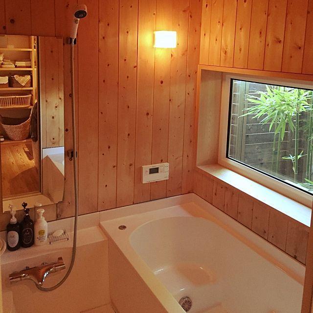 女性で、3LDKのコンテスト参加/ハーフユニットバス/槇のお風呂/坪庭/バス/トイレについてのインテリア実例を紹介。「入居してまる4年経った我が家のお風呂。 木の壁はうっかりするとすぐ黒くなるので要注意です。」(この写真は 2015-09-12 16:01:17 に共有されました)