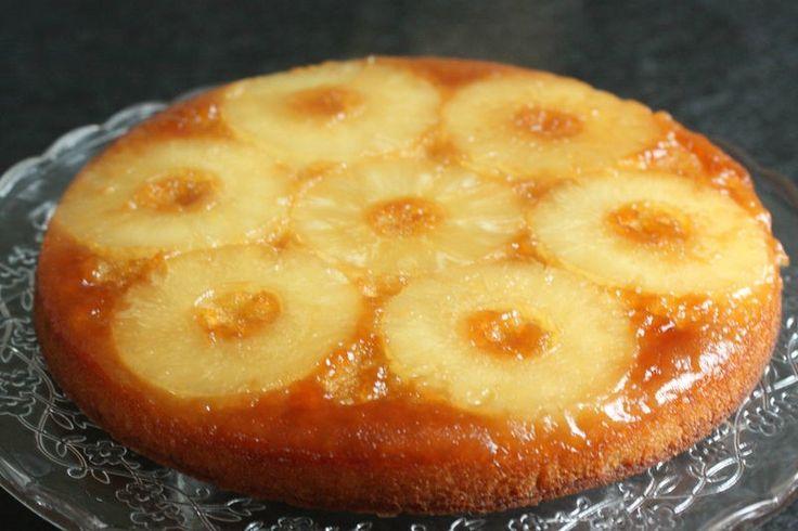 Ingrédients : 6 tranches d'ananas au sirop 30 g de sucre (pour le moule) + 1 peu de beurre 100 g de farine 100 g de beurre 100 g de sucre 2 oeufs 3 CS de sirop d'ananas 1 CC de levure chimique Préparation : 1-Préchauffer le four à 180°C. 2-Beurrer le moule et saupoudrer