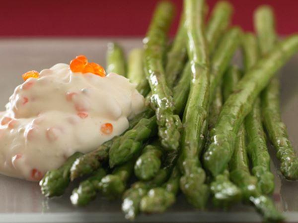 Grønne asparges med cremefraichedip