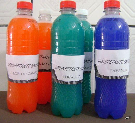DESINFETANTE CASEIRO Para fazer 1 litro( depois de pronto pode acrescentar mais meio litro de água que continua muito bom) 750 ml de água ( 5 xícaras ) 100 ml ( 1 xícara) de cloro ou água de lavadeira ( usei cloro) 25 ml de essência de eucalipto (comprei no supermercado) 100 ml ( 1 xícara) de detergente algumas gotinhas de corante   (usei o xadrez de construção) Misturar e usar.
