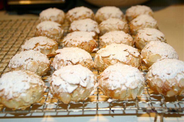 Kennt ihr diese feinen , italienischen Mandelbömbchen, die aussen mit Mandelblättchen knusprig und mit Puderzucker hübsch gemacht sind , innen wunderbar weich sind und nach Mandeln und Marzipan sch...