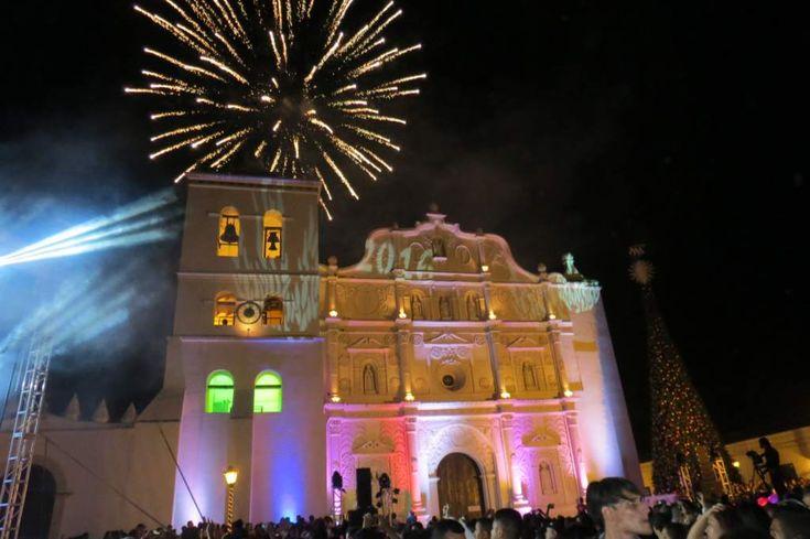 """Comayagua vibró con las """"12 Campanadas"""" para recibir Año Nuevo Más de 20,000 espectadores presenciaron el conteo de repiques para dar la bienvenida al 2016 en la ciudad colonial. Con el repique de 12 campanadas y un show de luces, Comayagua le dio la bienvenida al Año Nuevo."""