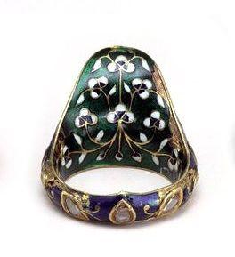 Bague d'archer_ 17ème - 18ème siècle , Inde - en or émaillé serti de diamants © http://lesjoailliersdudimanche.com/2013/08/26/la-bague-darcher/