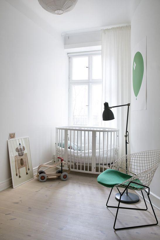 pontonjärgatan kids room green white spjälsäng fantastic frank #nursery #nurserydecor #nurseryart #nurseryideas #babyboy #boysroom #minimal #design #designinspiration #interiordesign #interiordesignideas