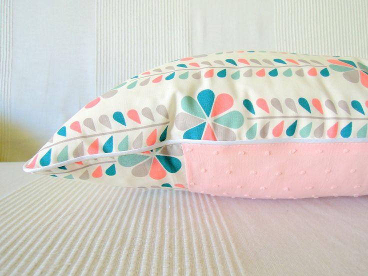 """Housse de coussin """" Douceur de fleurs pastels,plumetis rose et passepoil blanc """" : Textiles et tapis par la-malle-du-chat"""