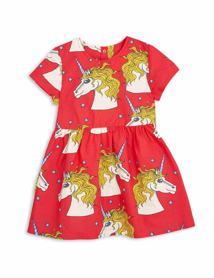 Röd klänning i vävd bomullspoplin med korta ärmar, rynk i midjan och printade enhörningar från Mini Rodini.