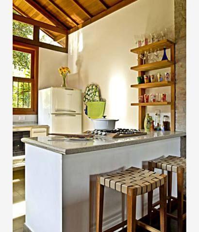 Para se tornar mais agradável, a cozinha cresceu 2,60 m² e ganhou amplas janelas voltadas para o quintal, a fim de deixá-la mais clara e arejada. Acompanhada por duas banquetas, a bancada de granito é usada pelos moradores para lanches rápidos. Projeto de Carlos Verna.