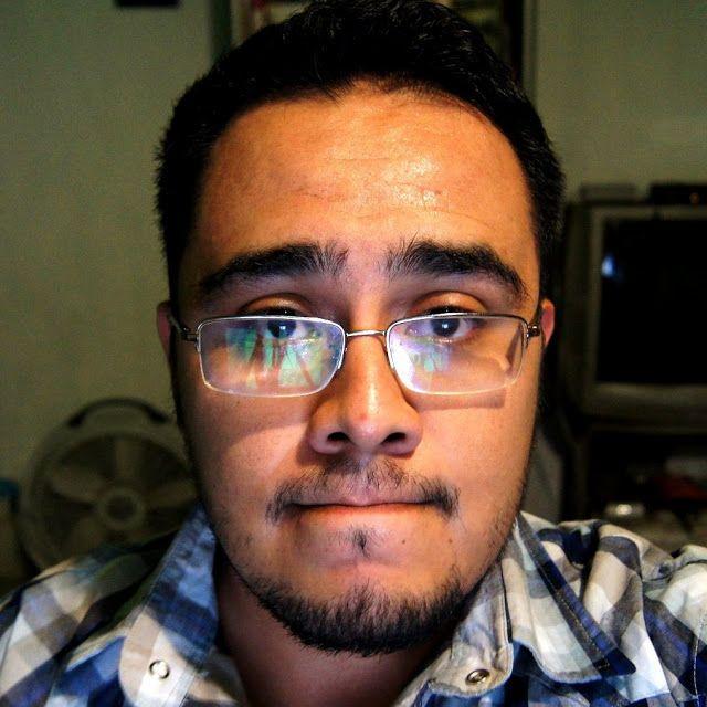 Roberto Rocha, oficio: Clavar tuits en el corazón en http://www.vox.com.mx/2013/08/roberto-rocha-oficio-clavar-tuits-en-el-corazon/