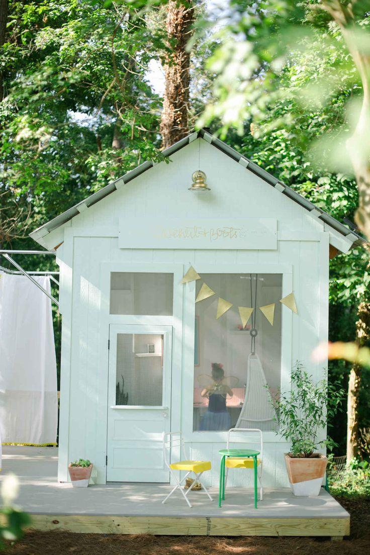 Cabane pour enfants en bleu pastel pour un jardin plein de rêves... #maisonnette
