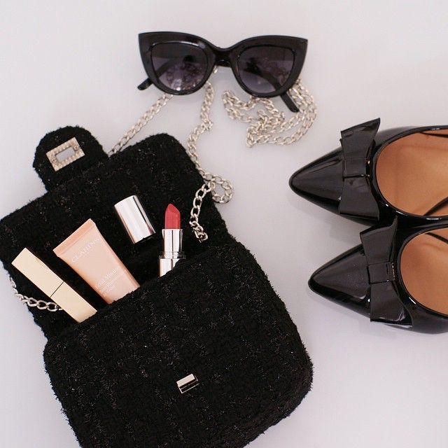 В сумочке современной Холли Голайтли удлиняющая #тушь, база для сияния кожи и красная #помада. А какой продукт Clarins лежит в вашей сумке?  #ClarinsRussia #Красота