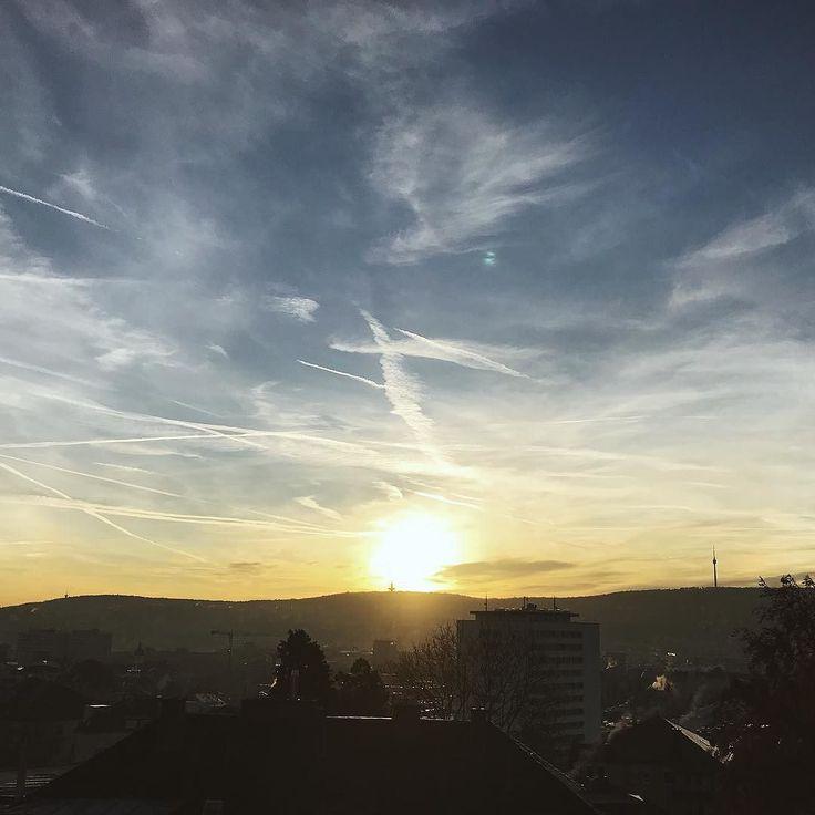 Was für ein Morgen. Tolle neue Teilnehmer in meinen Vorlesungen./Weiterbildungen. Gigantisches Wetter in Stuttgart. Tolle neue Projekte für 2018 in der Pipeline. Und endlich meinen Inspiration-Blog gestartet. Check out: inspiration20.de // Could be worse. More to come!  ____ #neustart #2018 #stuttgart #0711 #view #sun #clouds #vsco #inspiration