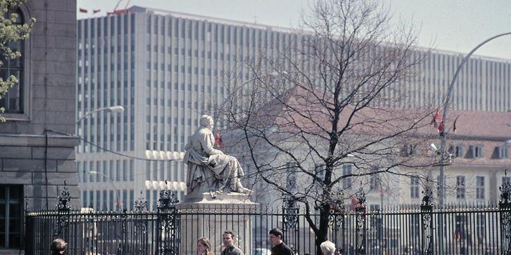 Das Alexander von Humboldt Denkmal am Eingang der Humboldt-Universität zu Berlin an der Straße Unter den Linden, aufgenommen 1967. Im Hintergrund das Opernpalais und das Außenministerium. Foto:  Berliner Verlag / Archiv – Quelle: https://www.berliner-zeitung.de/28874116 ©2017