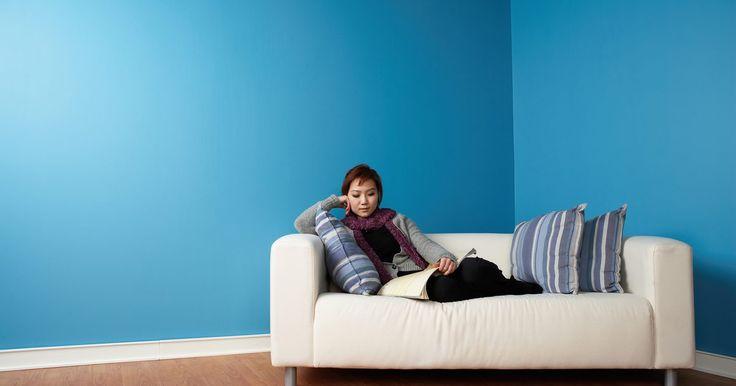 Como recuperar almofadas de sofás e cadeiras sem muita costura. Se conseguir costurar em linha reta, é possível recuperar almofadas de sofá e de cadeiras rapidamente -- sem a necessidade de zíperes ou pontos complicados. Tesoura, tecido, máquina de costura, agulha, linha e uma fita métrica são tudo o que você precisa para o sofá. Usando uma chave de fenda e uma parafusadeira, poderá reformar uma cadeira sem ...