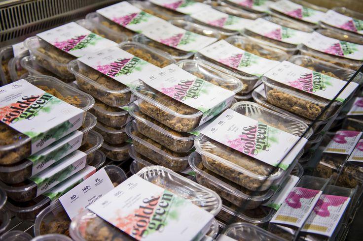 Nyhtökaura, suomalainen proteiinikeksintö, on kevään kuumin ruokatrendi. Se näkyy ruokakaupoissa, sillä hyllyt ovat tyhjentyneet minuuteissa.   Myös muiden kasviperäisten tuotteiden ja vegaanisten tuotteiden kysyntä on ollut kasvussa  – Erilaisia vegaanisia tuotteita on tullut markkinoille lisää. Myös esimerkiksi papujen myynti on kasvanut selvästi viimeisen vuoden aikana, Pusa kertoo.  Asiakkaiden kannattaakin kertoa tuotetoiveensa suoraan kauppaan.