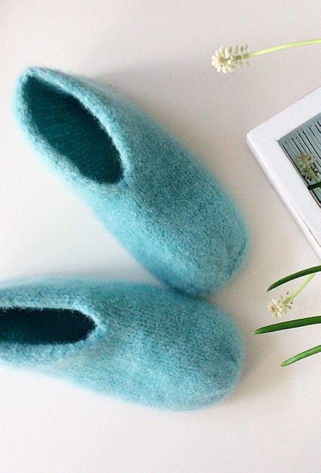 Ny variant av tovede tøfler - disse blir du glad i! Instagram er en kontinuerlig inspirasjonskilde for meg, og jeg må titte innom flere ganger daglig for ikke å gå glipp av noe. Det var her jeg så bilde av noen kjempefine tøfler, som var litt annerledes enn de jeg normalt lager. Har du også lyst til å lage slike? Da finner du fremgangsmåten her.