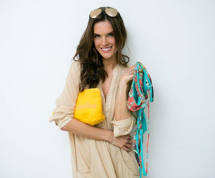 Alessandra Ambrósio abre a mala para o Gshow e mostra o que não pode faltar de jeito nenhum. Na necessaire, personalizada com seu nome, a modelo carrega suas bijoux , cremes e não abre mão dos acessórios na hora de fazer a mala ♥