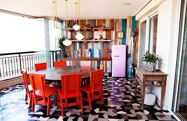 De volta à varanda, mesa desenhada por Rosenbaum, com execução de Lauro Murakami. As cadeiras Pau fazem parte da linha Caruaru, também do designer, à venda na Micasa. Em frente ao painel de madeira de demolição, geladeira Smeg – um dos sonhos de consumo de Flávia (Foto: The Selby)
