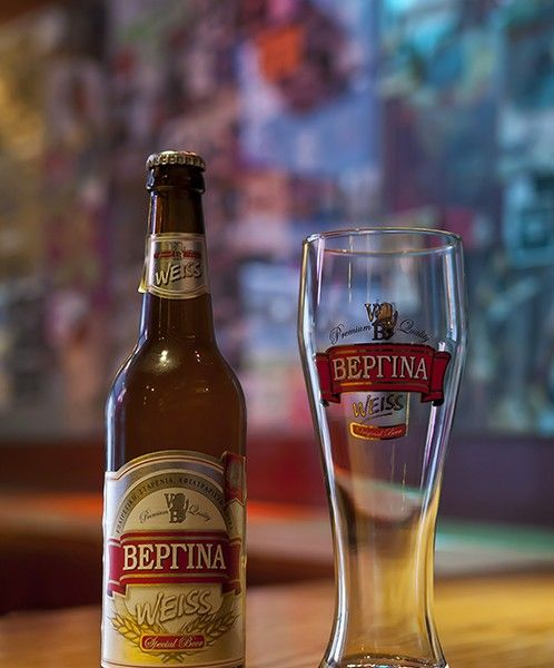 Η μπύρα Βεργίνα Weiss είναι μια εκλεκτή σταρένια,αφρώδης μπύρα με θολή όψη, η οποία οφείλεται στην ειδική αφροζύμη που περιέχει. Tα συστατικά της είναι βύνη σιταριού, βύνη κριθαριού, ειδικά καραμελοποιημένες βύνες σιταριού, αρωματικός λυκίσκος Tettnanger, αφροζύμη και νερό. Η ειδική αφροζύμη από την οποία παρασκευάζεται, της δίνει ένα πλούσιο, φρουτώδες άρωμα, που θυμίζει γαρύφαλλο και μπανάνα.