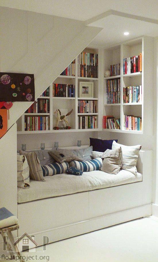 Cantinho de leitura, aproveitando o espaço sob a escada.