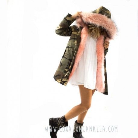 Parka larga mujer, camuflaje con pelo rosa en corazon canalla