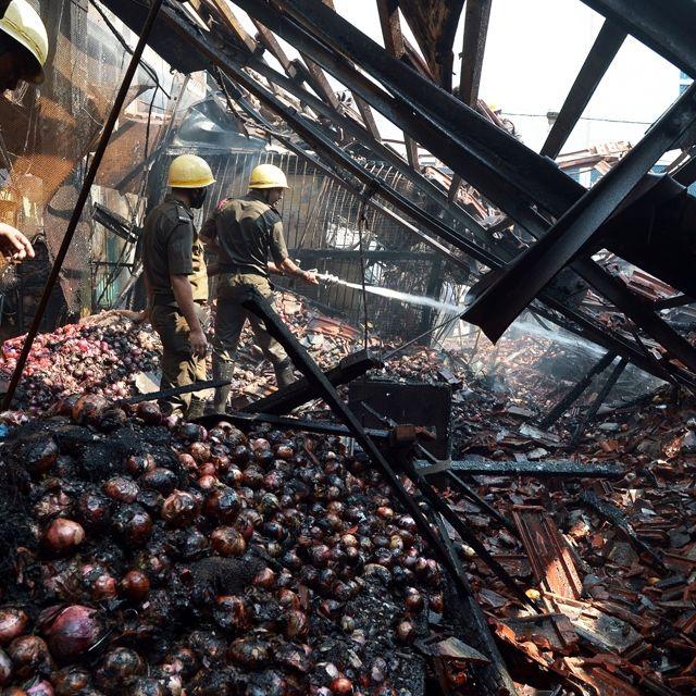Vigili del fuoco lavorano per spegnere un incendio scoppiato in un mercato di #Calcutta, #India