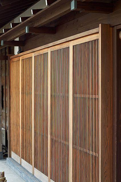 Japanese sliding doors in Kamamura, Japan 旧家の玄関ドア。2間といって4mの幅がある。これが昔からの玄関。