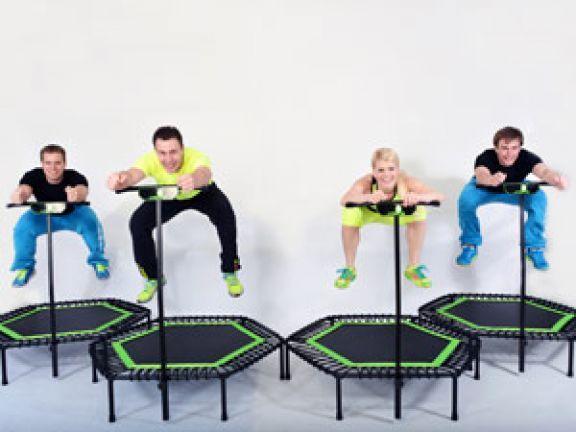Trampolinspringen ist nur was für Kinder? Von wegen! Von dem Trendsport Jumping Fitness profitieren vor allem Erwachsene. Das Workout soll höchst effektiv sein.