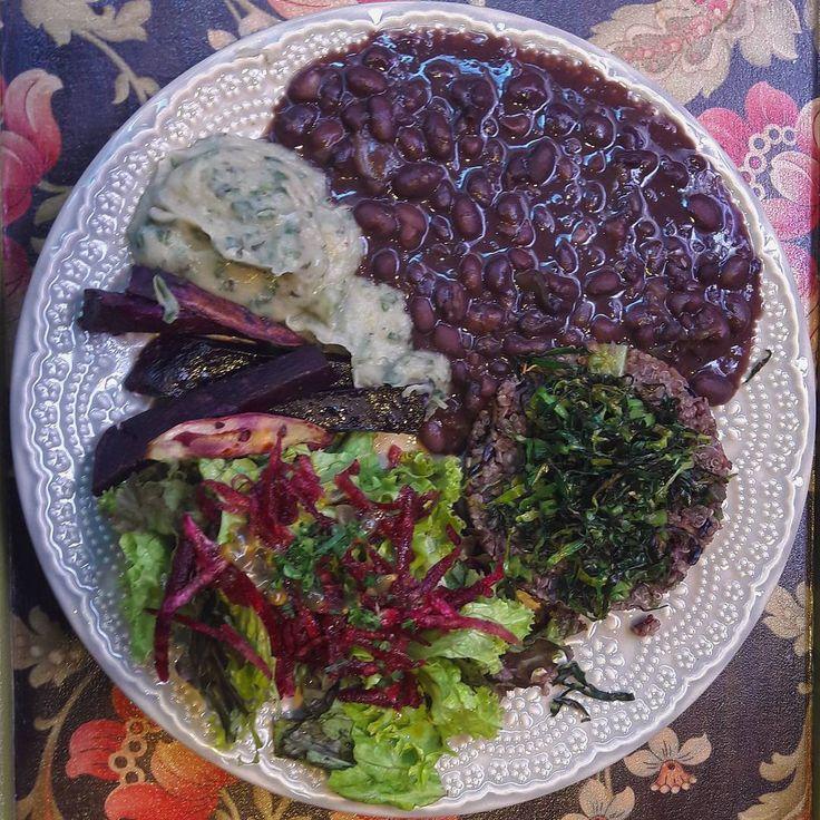 quinoa com arroz negro, vagem e cenoura, feijão preto com abóbora, creme raiz de espinafre, batata doce roxa assada e salada mix de folhas com molho de maracujá.