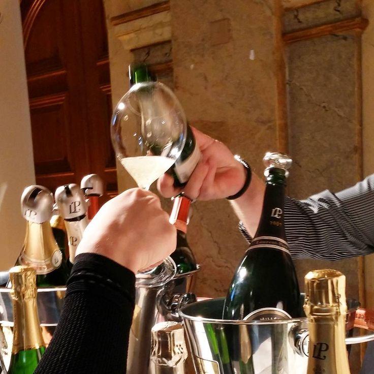 Lisää skumppaa lasiin vaan. #grandchampagnehelsinki #viini#wines#winelover#winegeek#instawine#winetime#wein#vin#winepic#wine#wineporn herkkusuu #lasissa #Herkkusuunlautasella #skumppa#samppanja