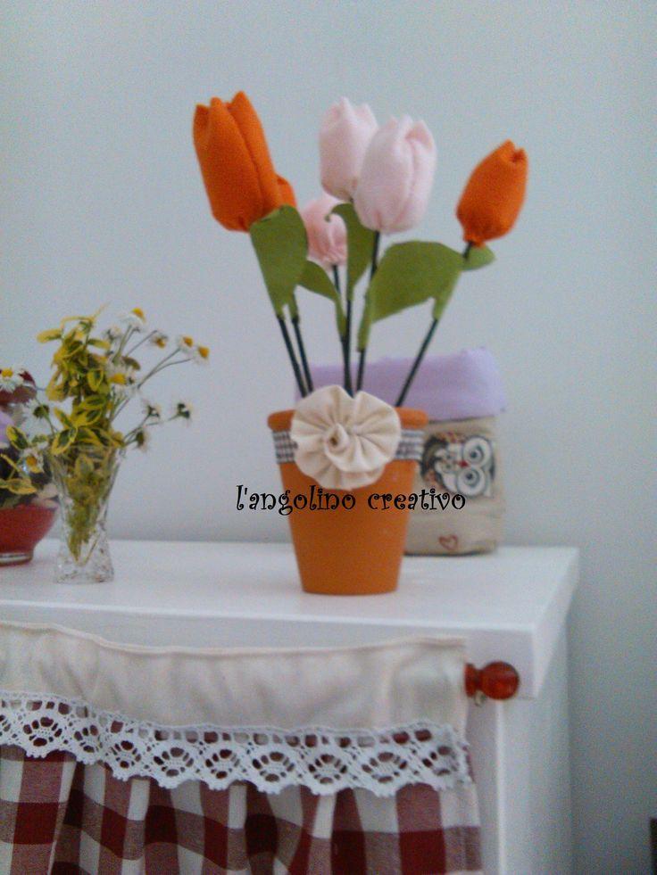 vaso di tulipani in pannolenci