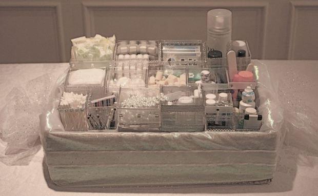 Bathroom basket / http://boda20.com/2014/01/21/ideas-para-tu-boda-cestas-de-emergencia-en-el-tocador-de-senoras/